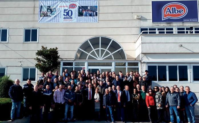 Plantilla de ALBE celebrando 50 ños